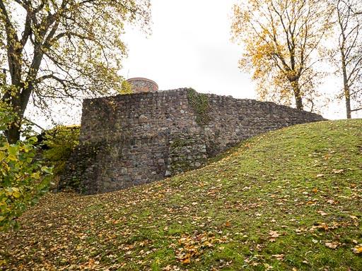 Reste der romanische Burgmauer mit Mauerturm