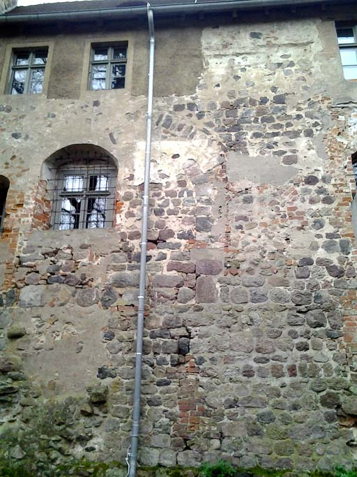 Nordwand des Palas mit zugesetzten romanischen Fenstern