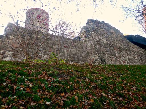 Reste der Ringmauer an der Kapelle