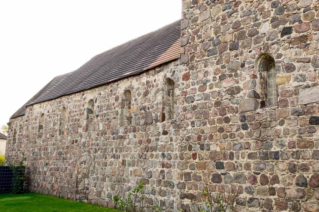 Dorfkirche Dahnsdorf Origine Nordseite mit Rundbogenfenstern und zugesetzter Gemeindepforte