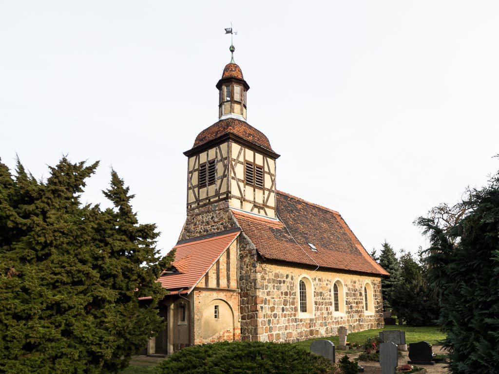 Dorfkirche Neschholz von Südwest mit Turm und Anbau