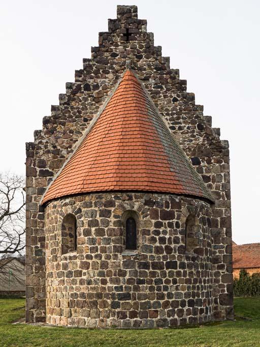 Dorfkirche Lüsse Apsis und abgetreppter Chorgiebel
