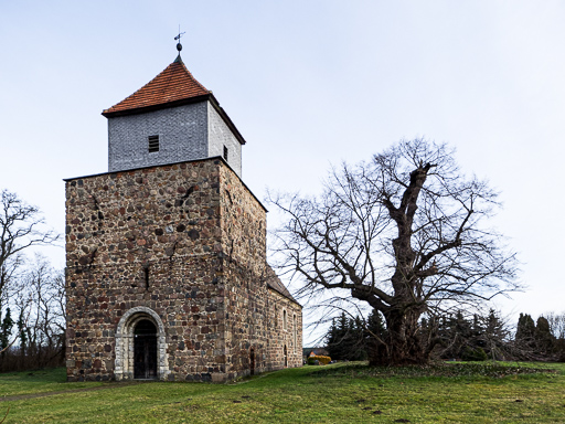 Dorfkirche Lüsse von Südwest mit Baumdenkmal