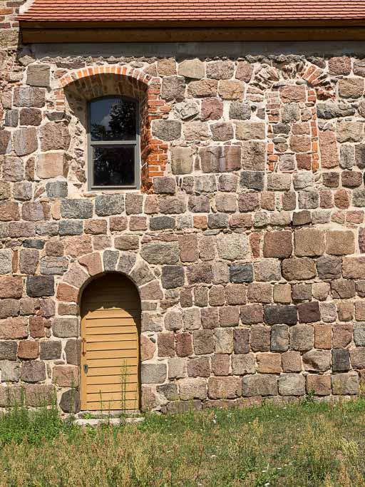 Gemeindepforte und Fenster im Schiff Südseite