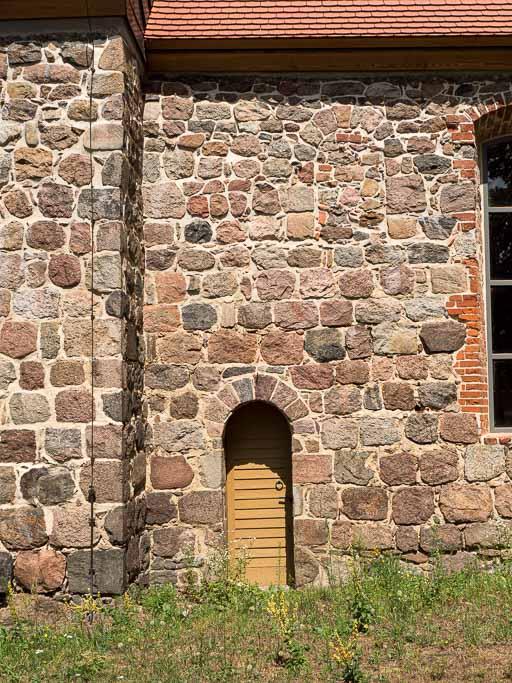 Priesterpforte und Fenster im Chor Südseite