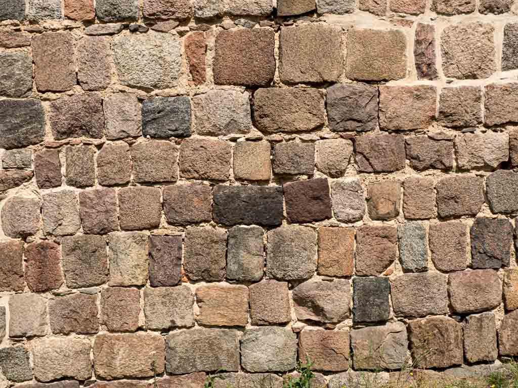 Sorgfältige Quaderung des Mauerwerks am Chor der Südseite