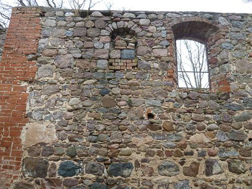 Mauerwerk und romanisches Fenster der Ruine 2014