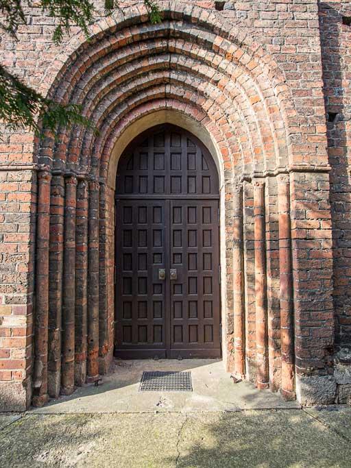 Siebenfach abgetrepptes Portal im nördlichen Querschiff