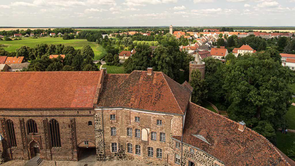 Burg und Bischofsresidenz Ziesar Kapelle und bischöfliches Wohngebäude. Im Hintergrund der Storchenturm (15. Jh.) und St. Crucius