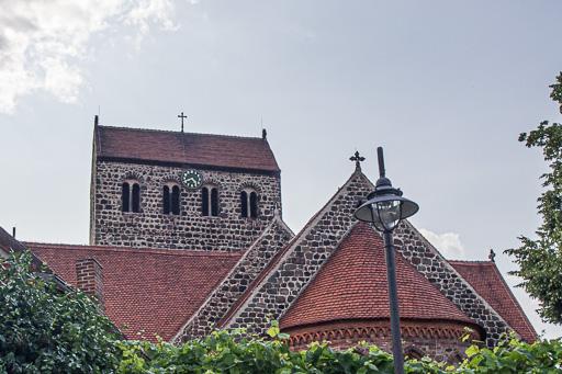 St. Crucis Staffelung. Gut erkennbar die späten Doppelarkaden in den Schallöffnungen des Turms.