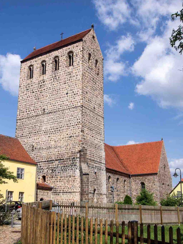 Stadtkirche St. Crucis in Ziesar. Blick von Südwest auf den mächtigen Westriegel, Schiff und Querschiff.