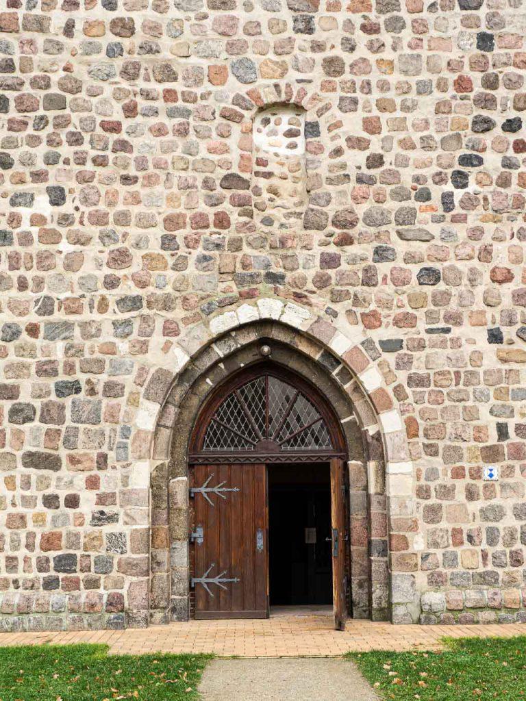 Stadtkirche Altlandsberg Romanik Westportal und Rundbogenfenster