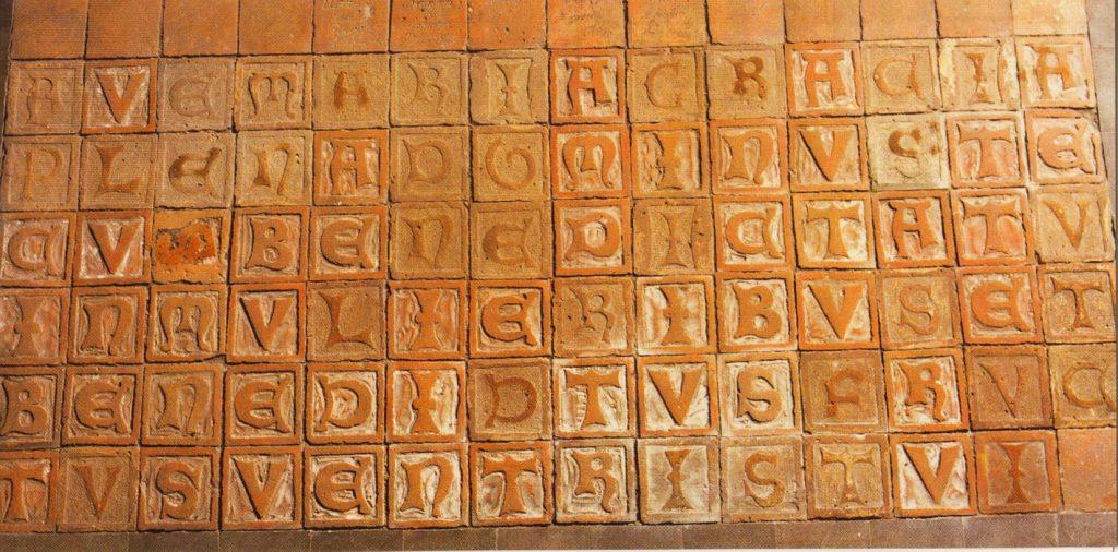 Keramikfliesen mit den Einzelbuchstaben des lateinischen Ave Marias.