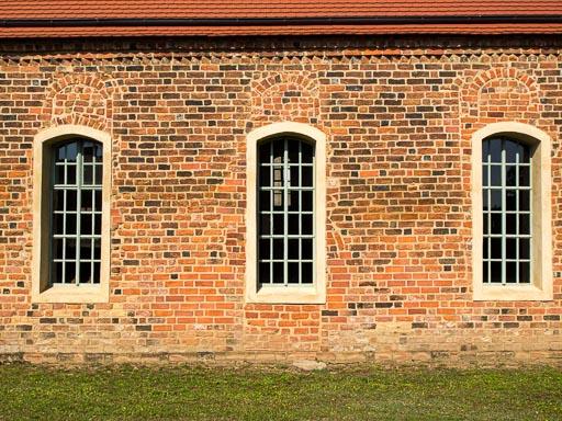 Zugesetzte Fenster und Gemeindepforte Schiff Südwand