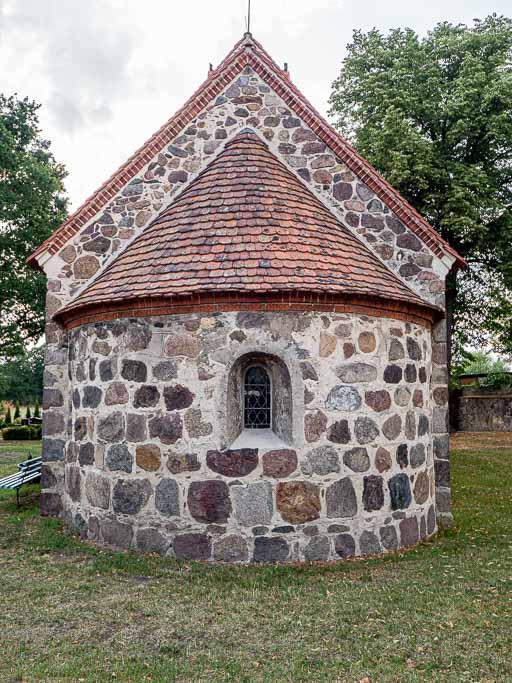Dorfkirche Boecke Apsis mit nahezu originalem Rundbogenfenster.