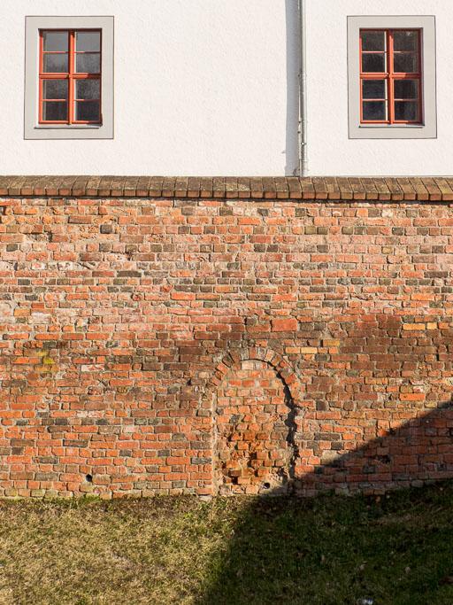 Zugesetztes Portal in der Klostermauer