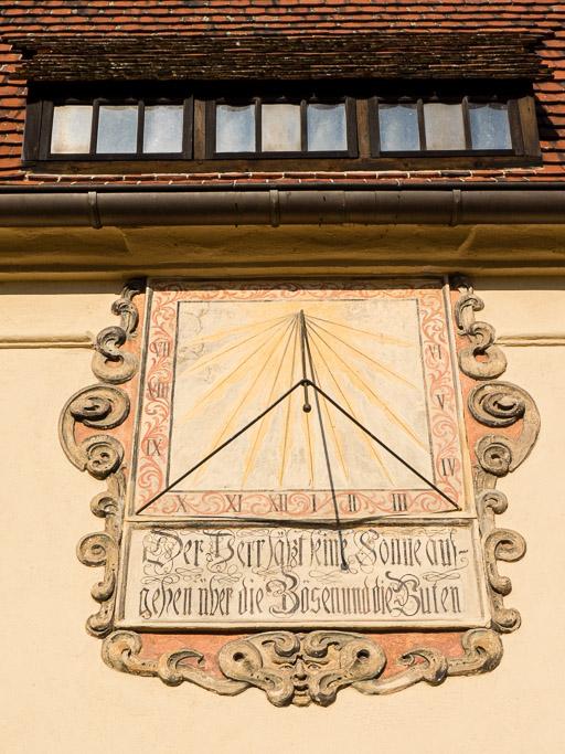 Sonnenuhr an der Südwand der Sakristei