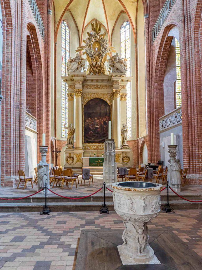 Dom St. Marien Havelberg. Hochaltar und Taufstein