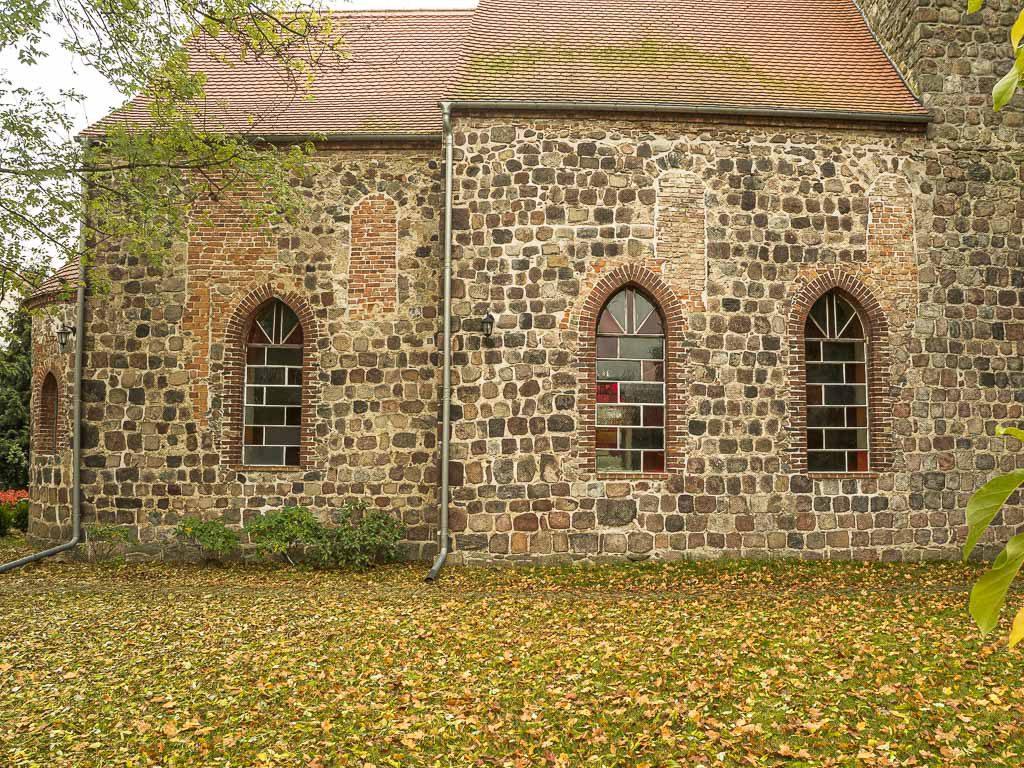 Dorfkirche Hönow. Zugesetzte romanische Fenster in der Nordwand von Chor und Schiff