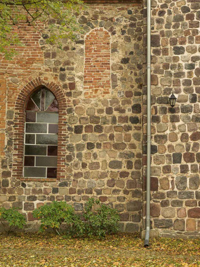 Dorfkirche Hönow. Zugesetztes romanisches Fenster in der Nordwand des Schiffs am Übergang zum Turm