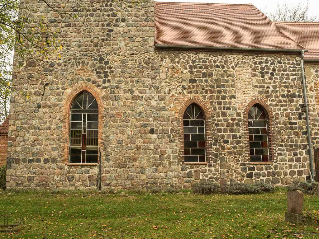 Dorfkirche Hönow. Zugesetzte romanische Fenster in Turm und Schiff. Südseite