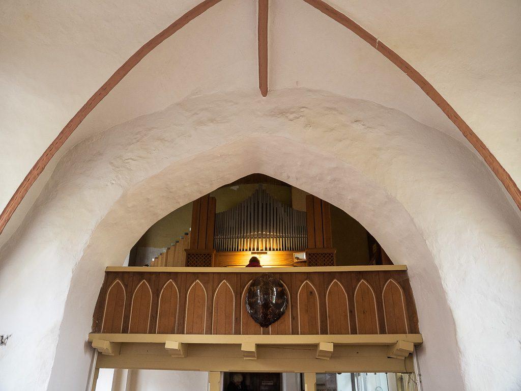 Dorfkirche Hönow Spitzbogen zwischen Turm und Schiff