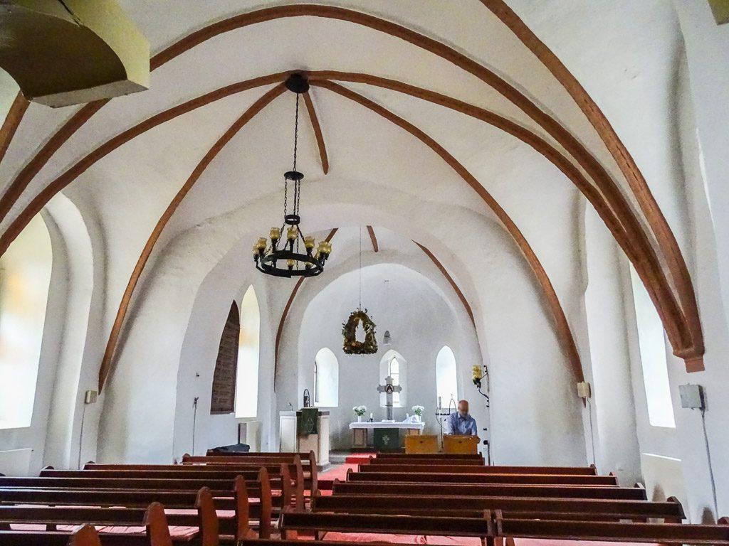 Dorfkirche Hönow. Innenraum mit Rundbögen zum Chor und der Apsis.