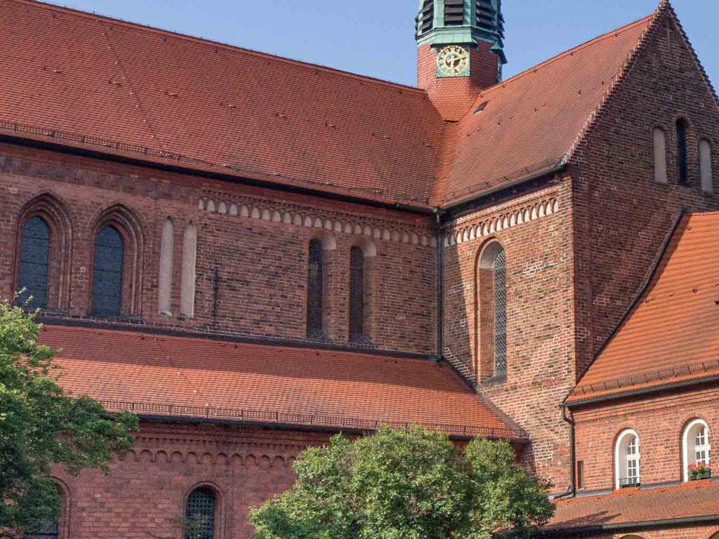 Stilübergang Romanik - Gotik am Obergaden des Schiffs der Klosterkirche