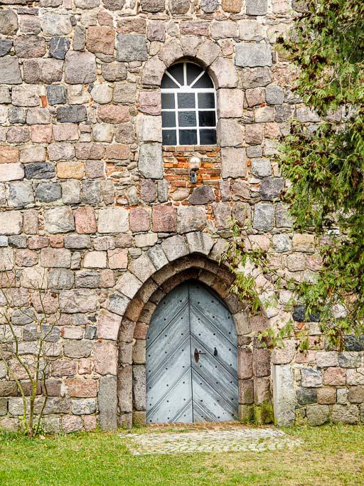 Westportal und Rundbogenfenster