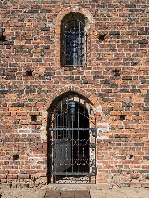 Gemeindepforte und Rundbogenfenster Südschiff