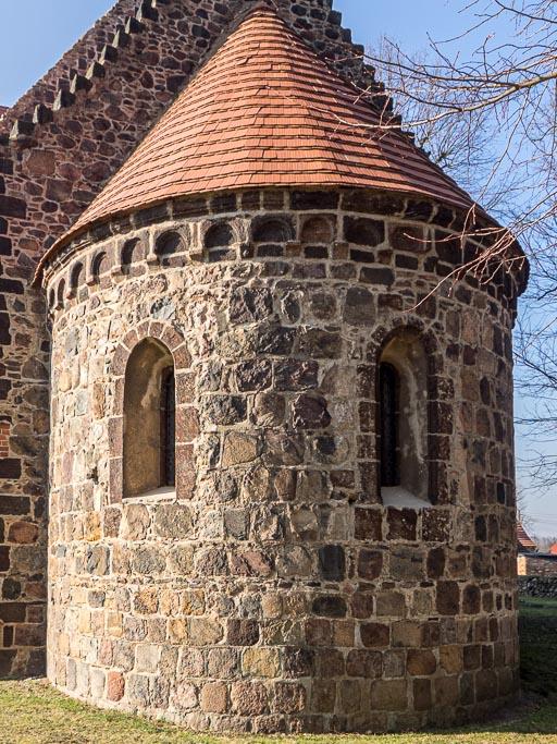 Dorfkirche Riedebeck Apsis mit originalen Fenstern und Rundbogenfries aus Raseneisenstein