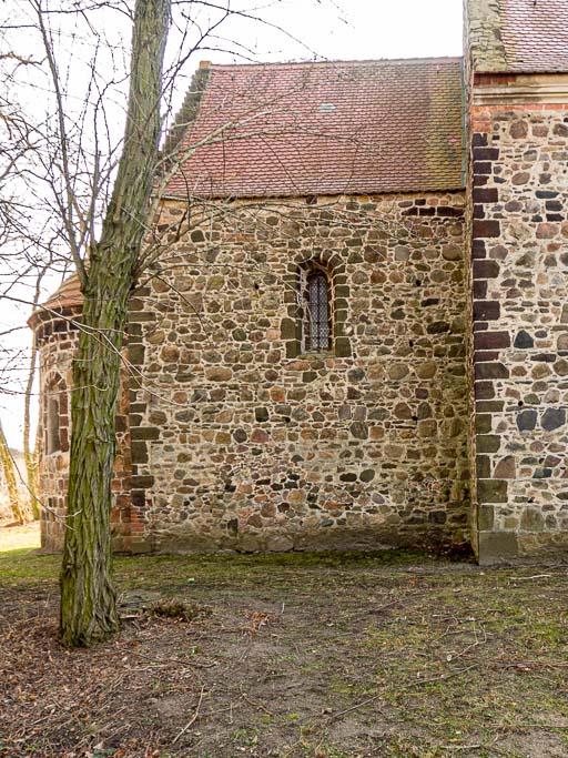 Chor Nordwand mit originalem Fenster. Gebäudekanten aus Raseneisenstein