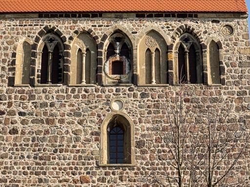 Dorfkirche Riedebeck Frühgotische Klangarkaden in der Westwand des Turms