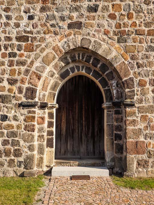 Dorfkirche Riedebeck Zweifach abgetrepptes, leicht spitzbogiges Westportal