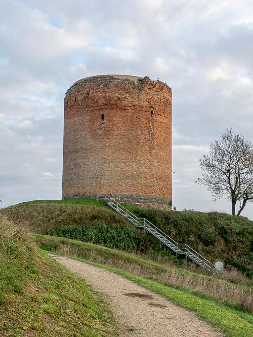 """Burg Stolpe Die obere Öffnung gehört zur Abortnische. Am Ende der Treppe liegt der unterirdische Eingang zum """"Verlies""""."""