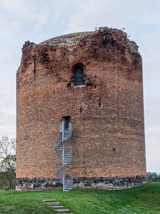 Burg Stolpe Donjon mit oberirdischem Backsteinteil. Der ursprüngliche Eingang ist die rundbogige Öffnung oberhalb der Treppe.