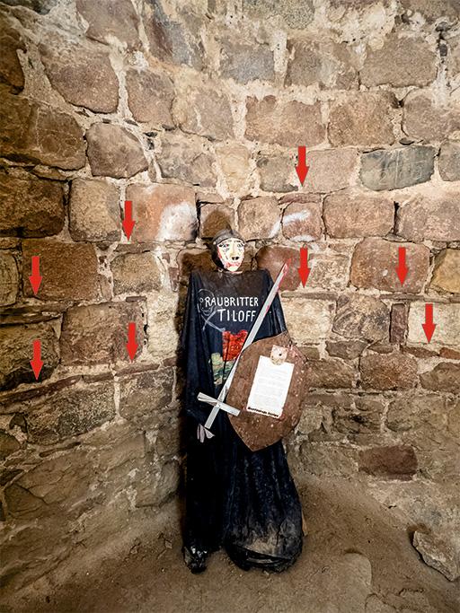 """Figur des Ritters Tiloff. Auf eine Sage über ihn geht der Name """"Grützpott"""" zurück. Gekennzeichnet sind verbaute Jotnische Sandsteine."""