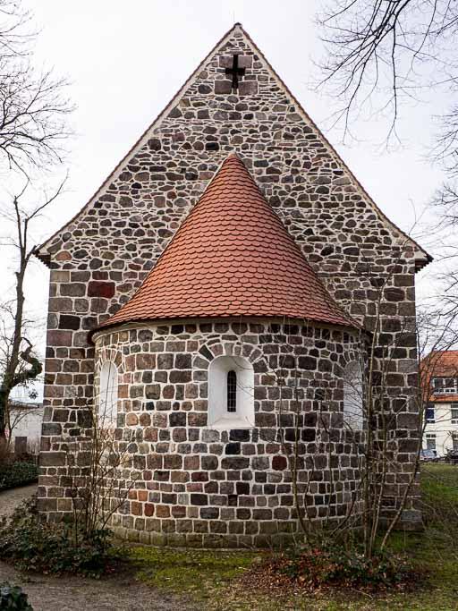 Dorfkirche Waltersdorf Apsis mit originalen Fenstern, Chorgiegel mit kaum behauenen Feldsteinen