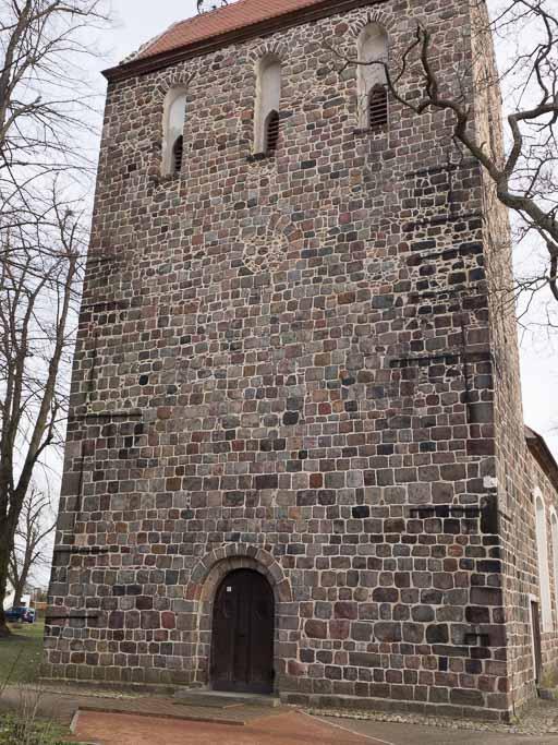 Westriegel mit zugesetztem Rundfenster über neoromanischem Portal