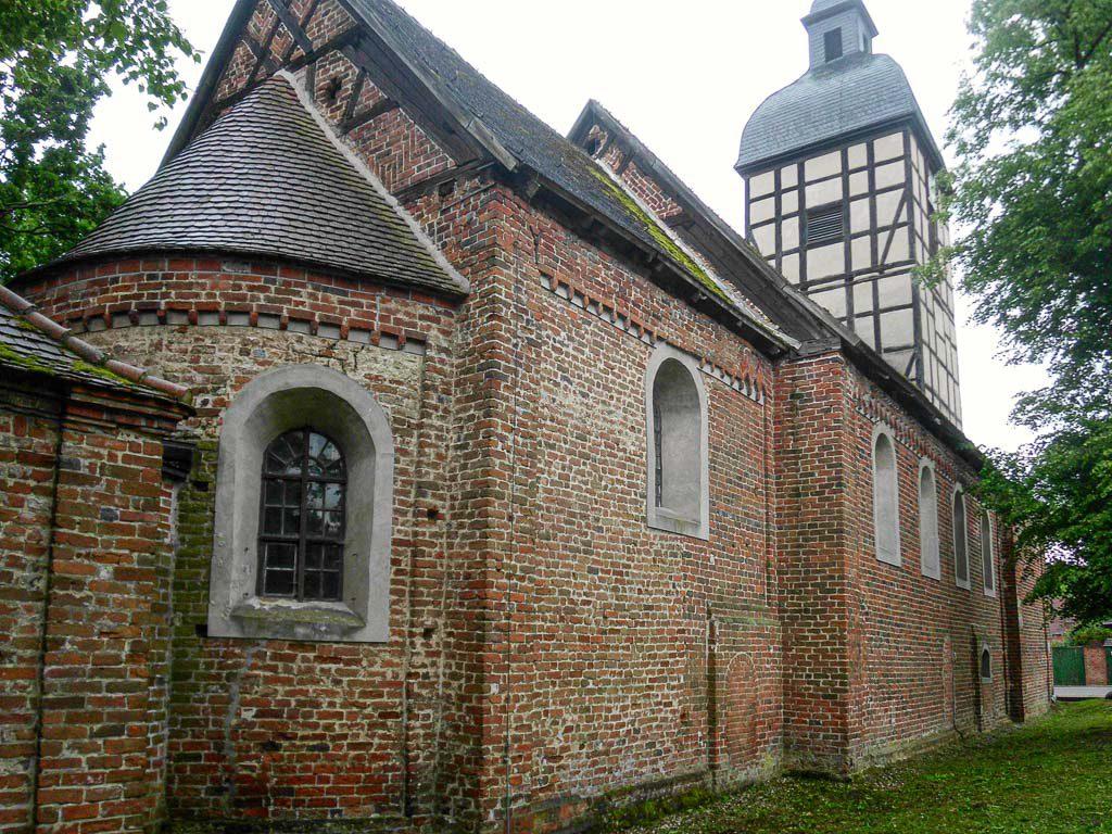 Dorfkirche Wust. Staffelung der vierteilige Anlage von Nordost aufgenommen.