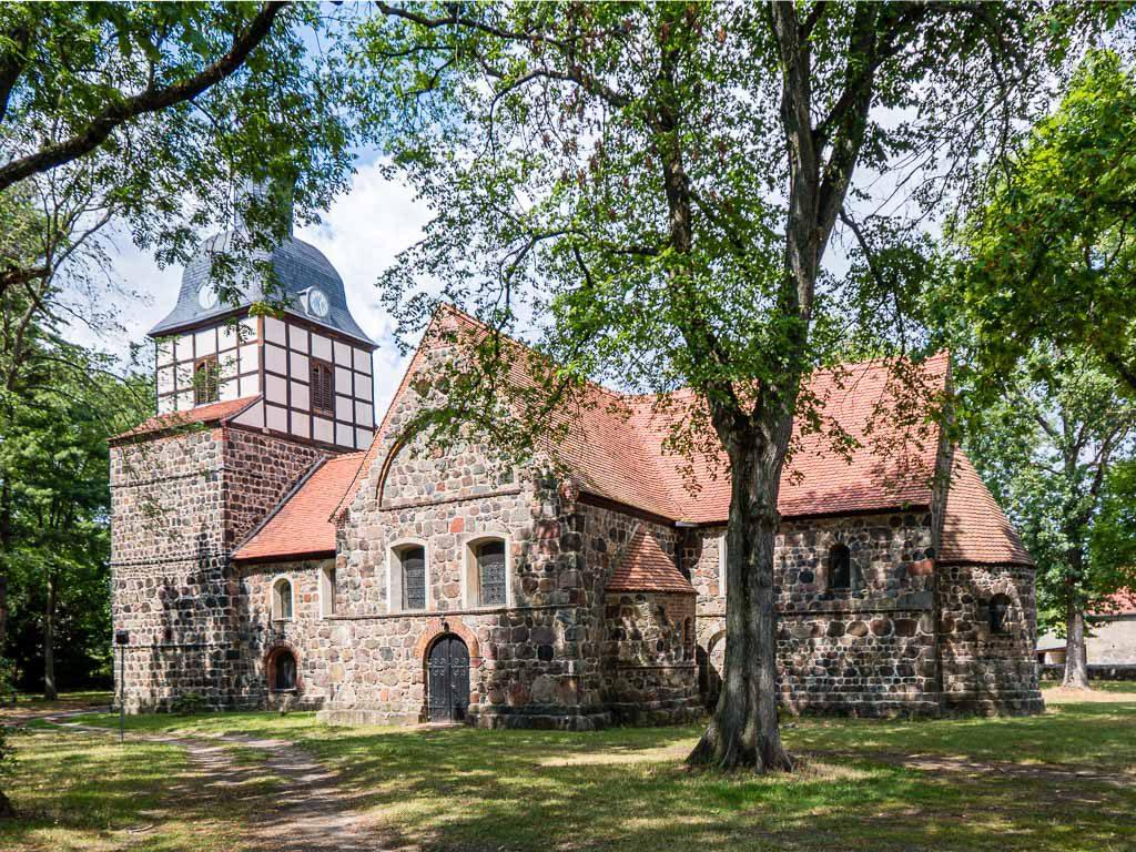 Dorfkirche Wusterwitz. Kreuzförmiger Aufbau mit Apsis, Chor, Querschiff, Langschiff und Westriegel.