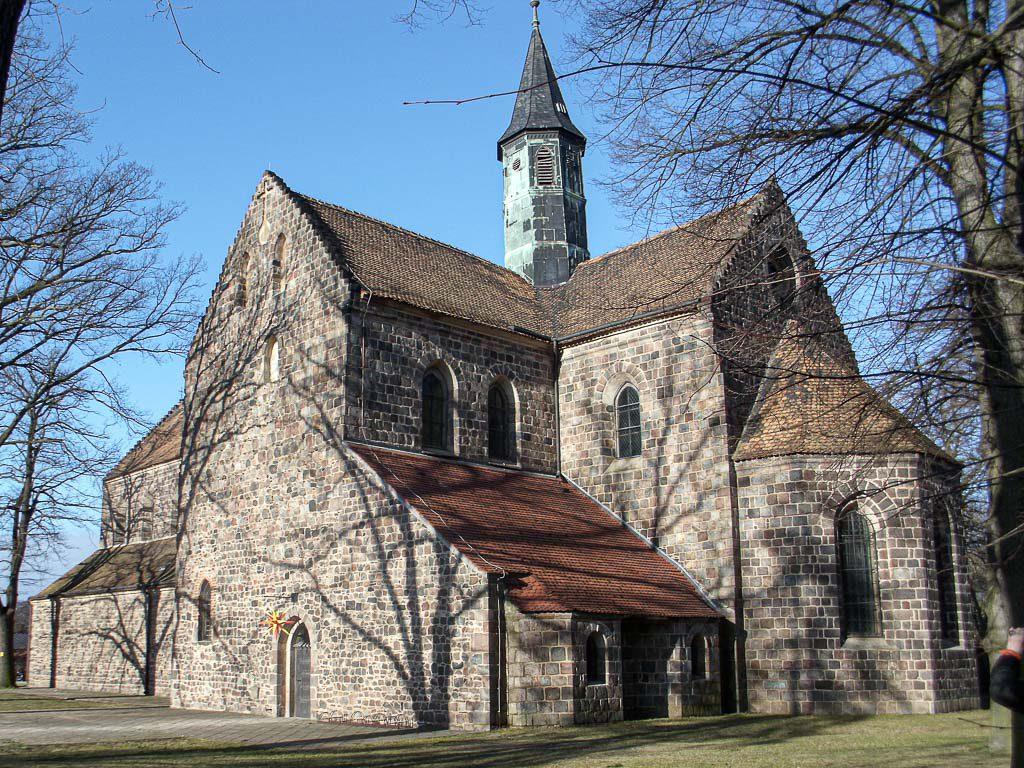 Zinna Klosterkirche: Blick von Südost auf Apsis, Chor und Querschiff.