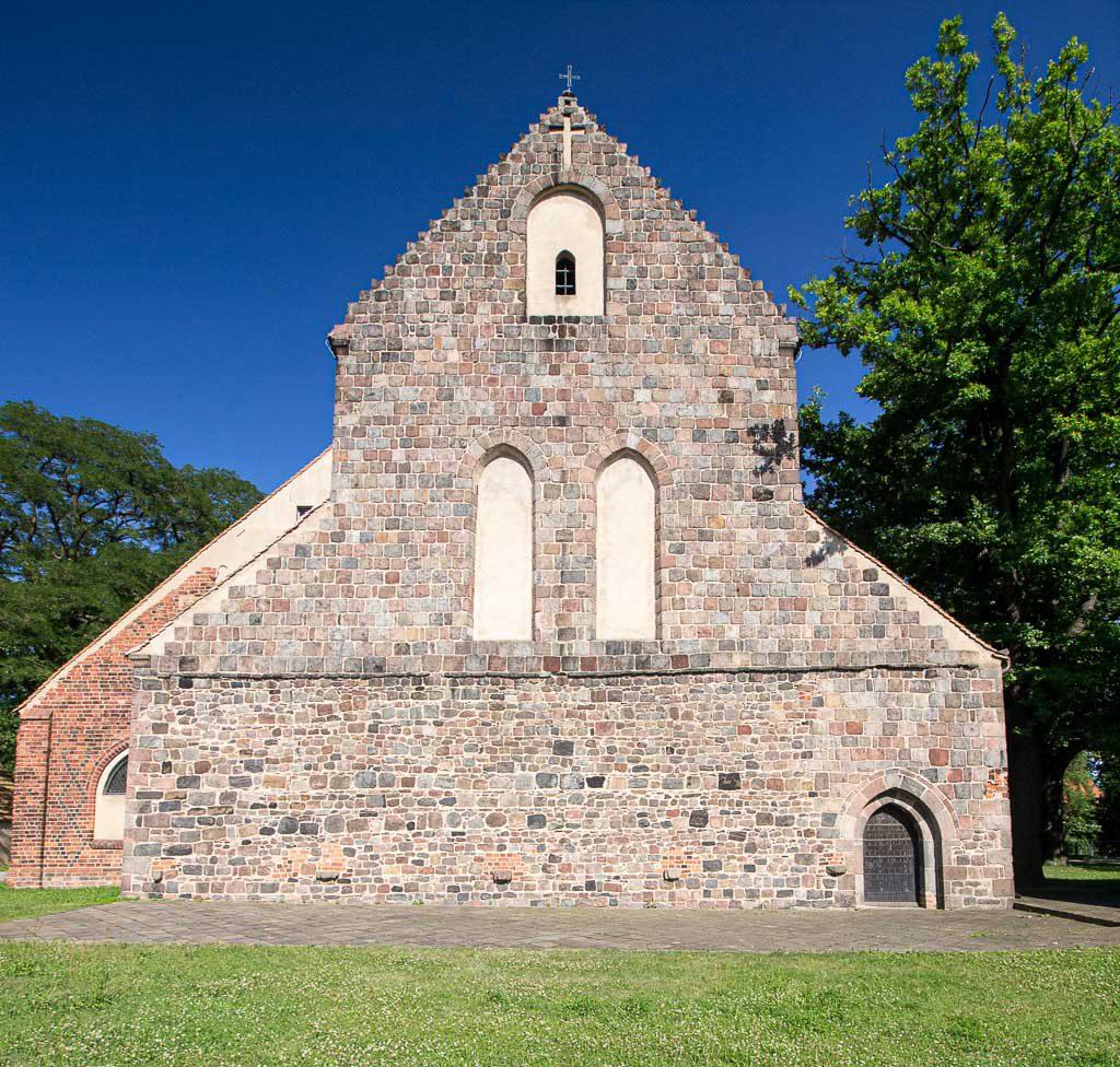 Zinna Klosterkirche: Westfassade mit zwei originalen Spitzbogenfenstern und dem ebenfalls spitzbogigen Portal,.