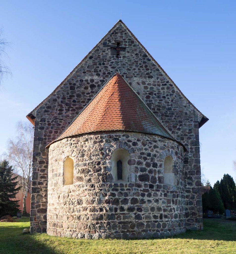 Dorfkirche Borne Apsis mit Rundbogenfenstern.