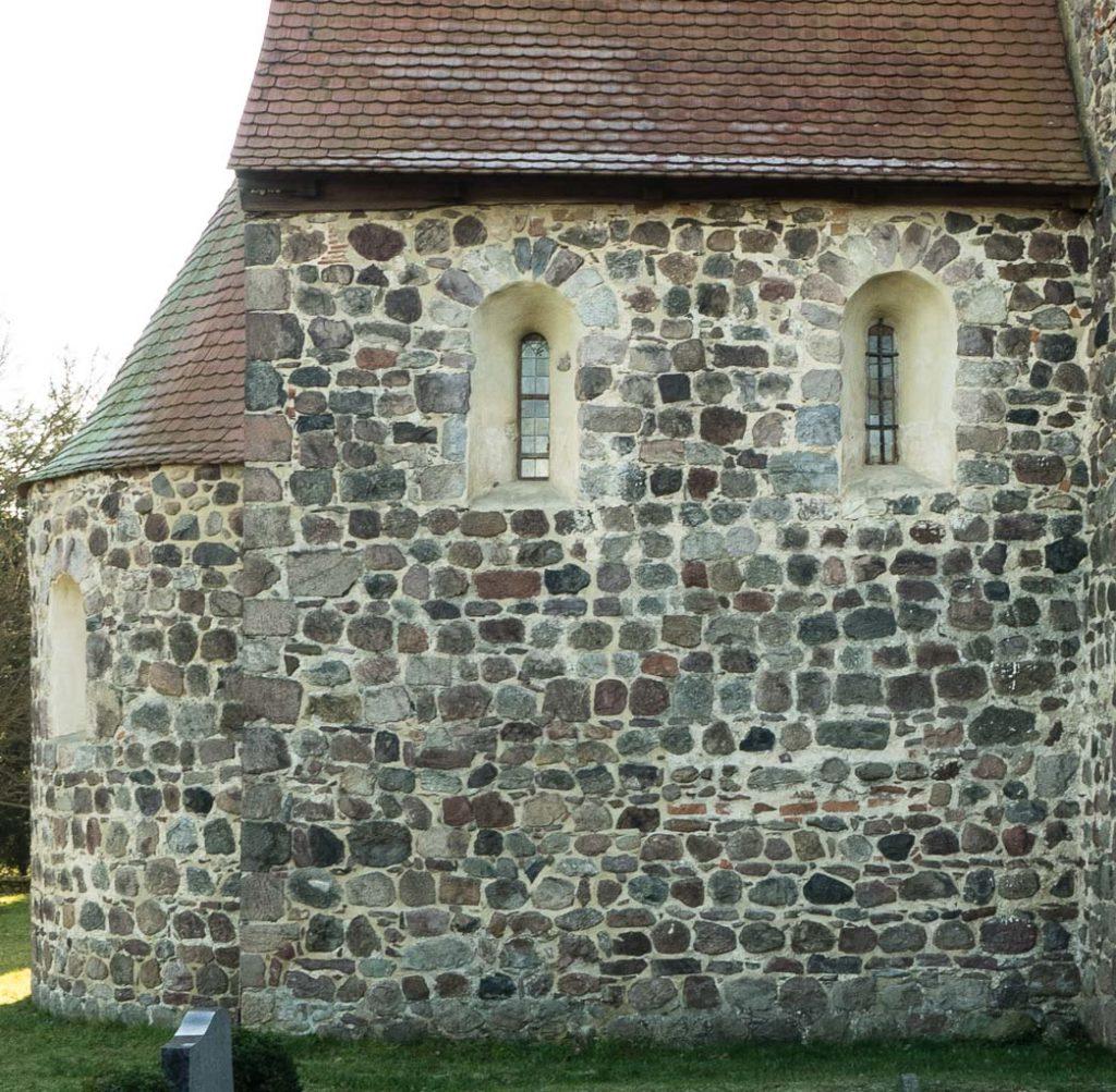 Dorfkirche Borne Chor Nordwand mit zwei Rundbogenfenstern.