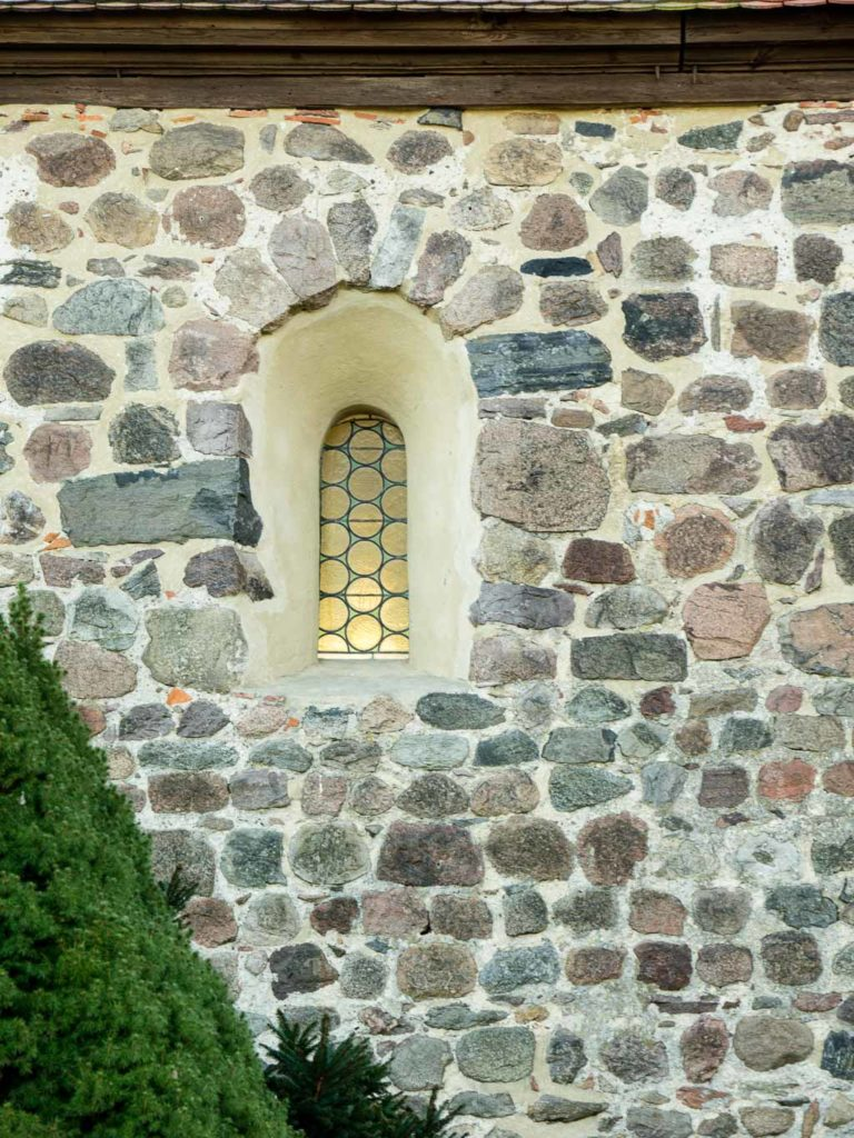 Rundbogenfenster in der Nordwand des Schiffes.