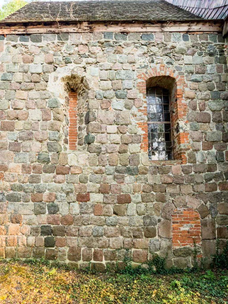 Proesterpforte und originales Rundbogenfenster. Chor Nordwand
