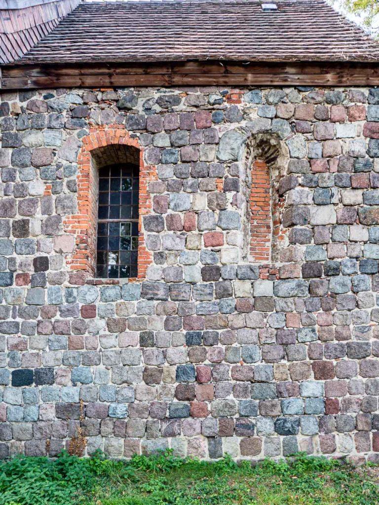 Originales Rundbogenfenster. Chor Südwand