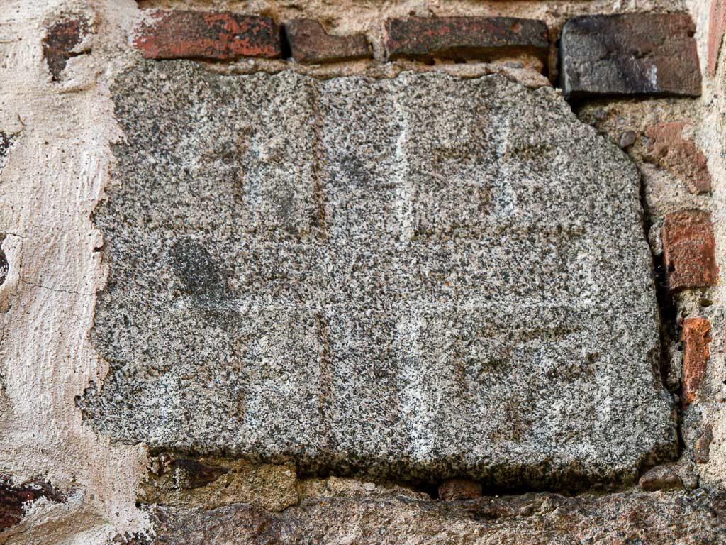 Dorfkirche Grunow Jerusalemstein in der nördlichen Stützwand der Westfassade.