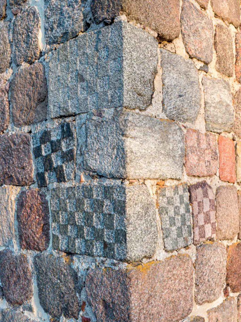 Dorfkirche Grunow Anordnung der sechs Schachbrettsteine an der Nordwestlichen Mauerkante